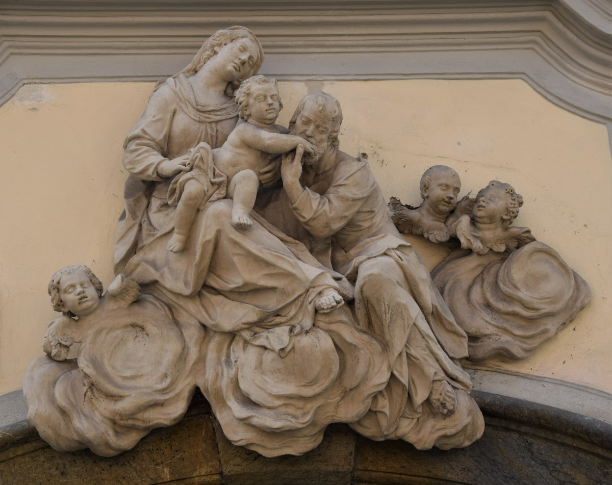 The sculptural group of the Holy Family on the façade of Mariahilferstraße 11, Graz (photo by Christina Pichler, 2018)