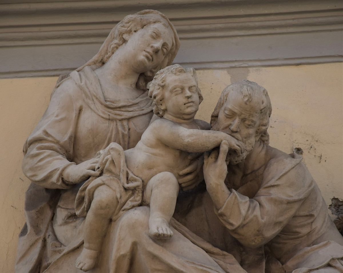 The sculptural group of the Holy Family, detail, Mariahilferstraße 11, Graz (photo by Christina Pichler, 2018)
