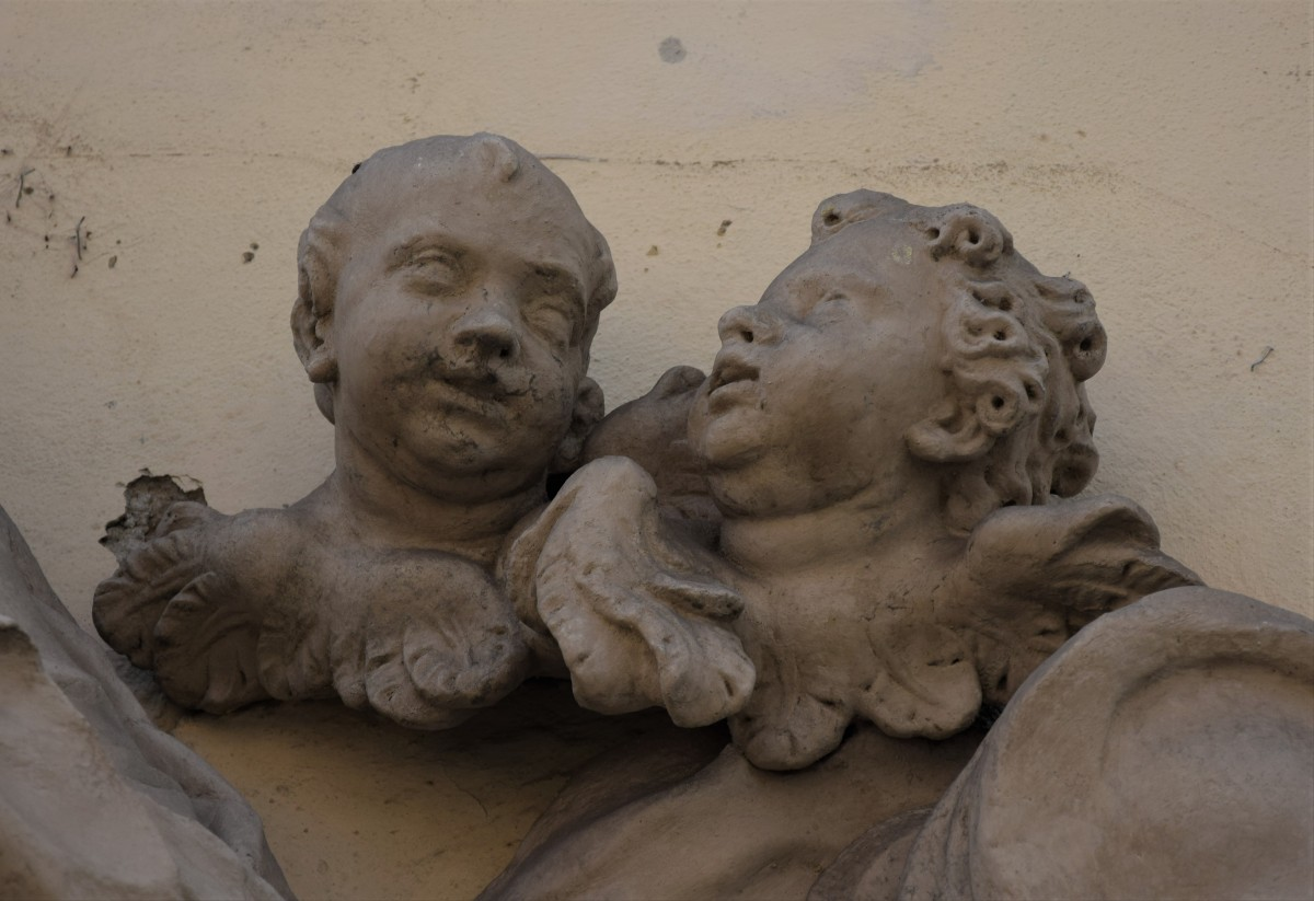 Two putto-heads on the right side, detail, Mariahilferstraße 11, Graz (photo by Christina Pichler, 2018)