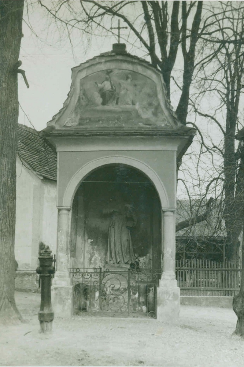 Road chapel in Kamnica with the sculpture of St John of Nepomuk, old photograph (source of the photo: Regional Archive Maribor)