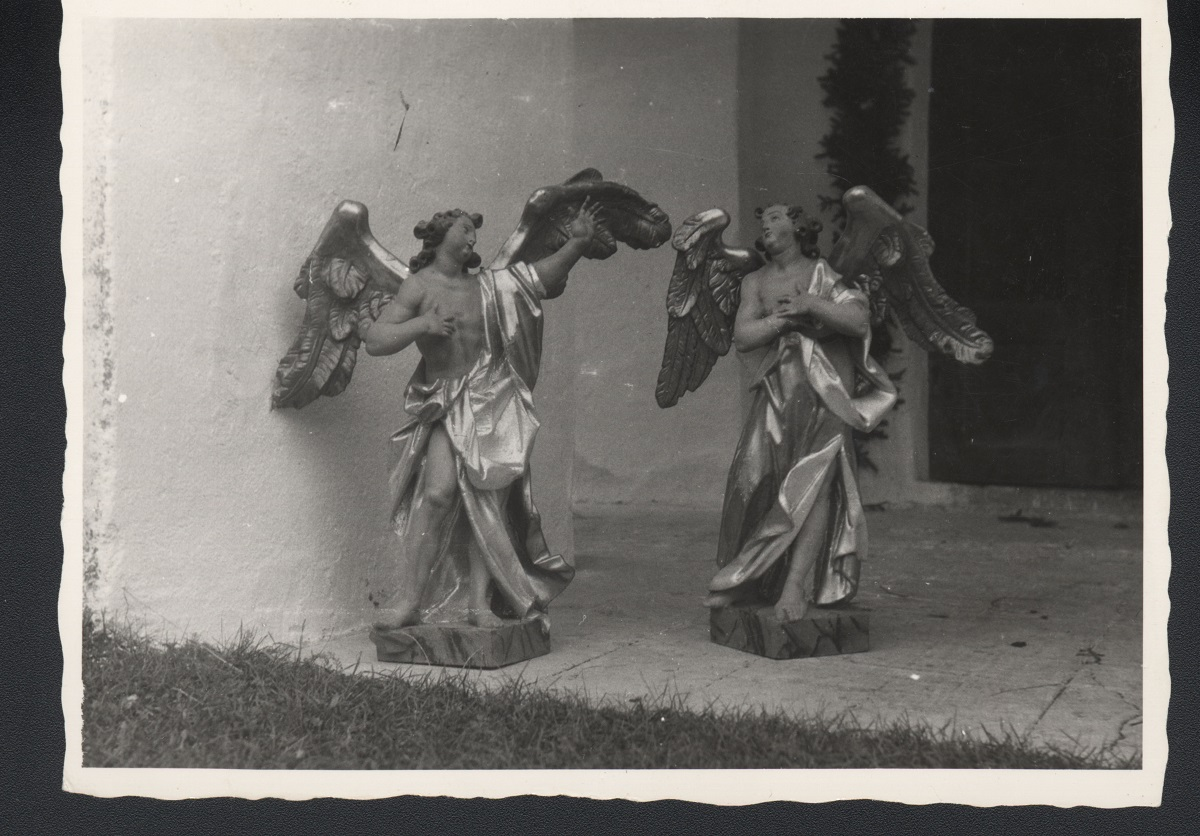 Two sculptures of angels in Kočno ob Ložnici, old photograph (source of the photo: Regional Archive Maribor)