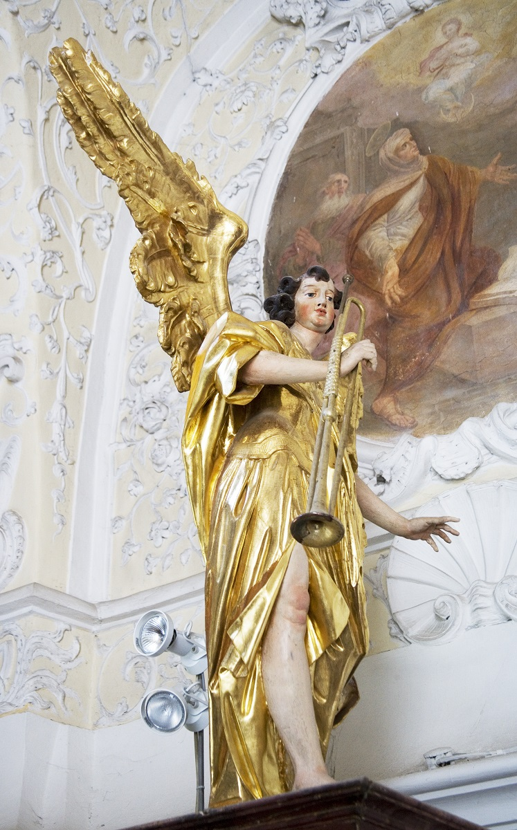 The sculpture of angel on the organ case in Ruše (Institute for the Protection of Cultural Heritage of Slovenia, photo by Valentin Benedik, 2018)